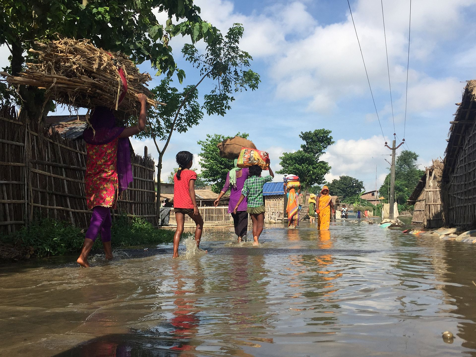 Villagers moving to safer areas due to floods in Bihar, India. Photo: Dr Dakshina Murthy / IWMI